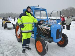 Håkan Andersson med sin traktor som susar fram i cirka 100 km/tim.