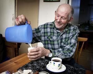 Ett par liter av gårdens sista mjölk har Sören Eriksson och hans hustru Gun sparat i kylskåpet. En liten skvätt i kokkaffet smakar bra.