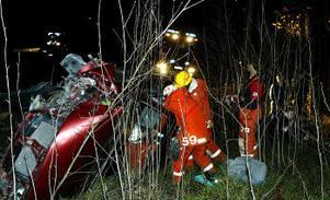 Det blixthala väglaget gjorde att bilen kanade av vägen rätt in i ett träd.