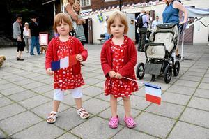 Små firare. Agnes och Saga Jakobsson hade fått var sin flagga och deltog i firandet i hamnen.