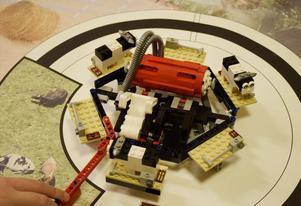 Mjölkmaskinen är en del av legobanan som eleverna på Söråkers skola byggt.