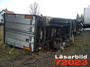 E16, tidigare riksväg 71, blockerades helt när lastbilssläpet välte.