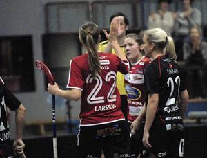 Therese Karlsson gratuleras av assistenten Amanda Larsson efter sitt 1–0-mål. Det var även Karlsson som fick sista ordet i derbyt med 7–6 i slutminuten.