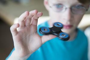 Fidget spinner - den lilla snurran som är ungefär lika stor som en handflata.