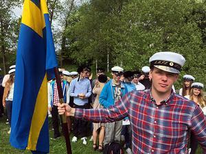 Emil Pettersson var en av många som nu fått tillstånd att sätta studentmössan på huvudet officiellt.