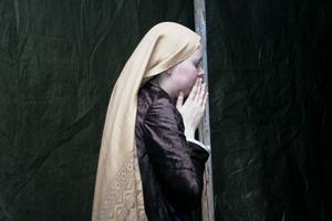 Elin Ryösä är en av de sörjande kvinnorna nedanför korset. Korsfästningen, när Jesus spikas fast på korset är en fasansfull upplevelse tycker hon.