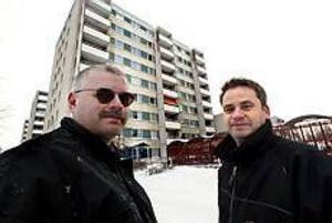 Foto:NICK BLACKMON Sopsyn. Lars Gyllin och Håkan Svedlund tvingas öppna soppåsar för att möjligt slå fast vem som slängt dem på marken på Öster.