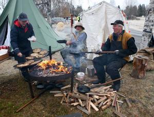 Gunilla Löv, Krokom, Sven-Olof Johansson, Dvärsätt och Alf Löv, Krokom stekte kolbullar och då gäller det att hålla tungan rätt i mun.