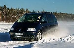 Foto: OLLE HILDINGSON Säker på halka. VW Sharan med fyrhjulsdrift och elektronisk sladdparering ger minst sagt förnämlig stabilitet även när bilen pressas i halka, som här vid körprov på en plogad isbana.