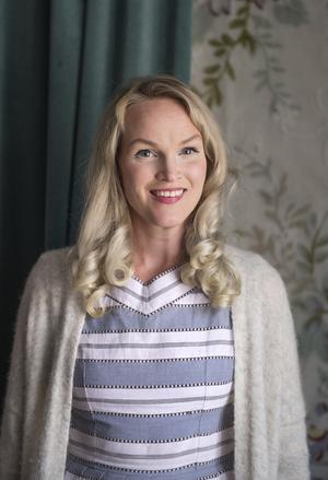 Emma Sundh, stylist, journalist och influencer, som bor i en tvåa med man och två barn.