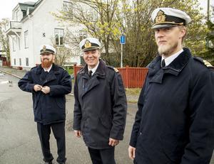 Fredrik Fellman (till vänster) ,  Jonas Bengtsson och Roger Svensson tjänstgör på kustkorvett. De hann med en promenad i Härnösands centrum.