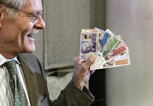 Riksbankens chef Stefan Ingves hör kanske inte till pappersdeklaranter, så här glad var han i alla fall när han visade upp de nya sedlarna.