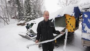 Jan Sjösten visar upp en del av tältet, resten har körts iväg till återvinningen. Han ifrågasätter om det är rätt att sälja tältet på den svenska marknaden.