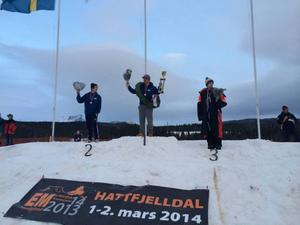 Sebastian Drotz högst upp på prispallen. Tvåan Anton Bodin och trean Emil Persson flankerar Härjedalskillen.Foto: Privat