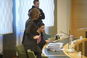 Försvarsadvokat  Amanda Hikes och Johanna Möller under den tredje rättegångsdagen i Västmanlands tingsrätt.