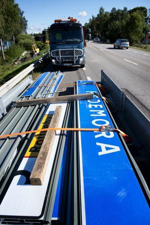 Gamla skyltar plockas ner och andra sätts upp när den nya Europavägen tas i bruk.