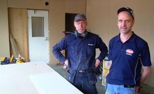 Gösta Amrén, KG Byggare, Ammer och Janne Karlsson i den del av Jannes verkstad som inom kort är den utbyggda dagligvarubutiken. Foto: Ingvar Ericsson