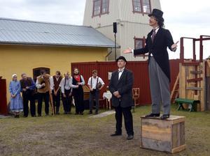 Landshövding Curry Treffenberg  (Hans Thörn) talar till arbetarna under Sundsvallsstrejken.