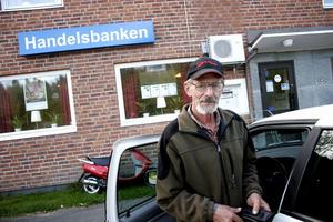 Gunnar Molén var en av de få kunderna som besökte Handelsbanken dagen efter rånet. Trots händelsen går han inte omkring och oroar sig. – Man kan inte vara orolig, då skulle man inte våga gå ut någon gång, säger han.