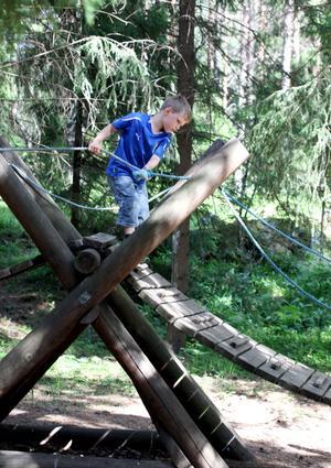 GILLAR BANAN. Intill Storskogen finns lekområdet Inte nudda marken. Ebbe Karlström, 5 år, gör varv på varv. Både han och lillasyster är nästan outtröttliga.