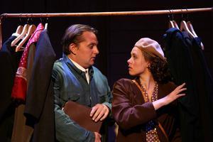 Unge Jussi (Tobias Westman) och Linnea (Annika Sandberg) gömmer sig i garderoben.