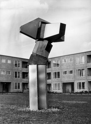 Ifrågasatt konst. Det här konstverket placerades invid lekplatsen vid Parstugugatan. Fult, tyckte många, med en kantig plåtskulptur i en miljö som så påtagligt präglas av en grå atmosfär.