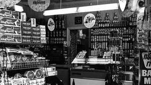 Ahlgrens kvartersbutik den 8 augusti 1970. Kan du berätta mer om butiken?