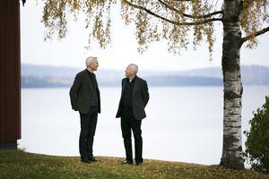 Stiftsadjunkt Nils Åberg och Jan-Olof Lundberg i samtal utanför Stiftsgården i Rättvik.