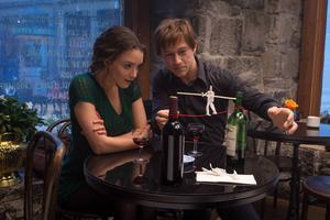 Relationen mellan Philippe Petit (Joseph Gordon-Levitt) och hans flickvän Annie Allix (Charlotte Le Bon) har Hollywoodanpassats i filmen