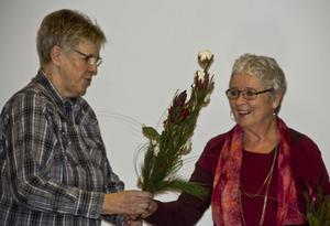 Lillemor Svensson, ordförande i Kultur- och samhällsutvecklingsnämnden överräcker en blomma till Carin Gisslén- Schönning.