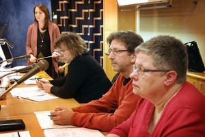 Camilla Johansson, planingenjör (stående längst bort) redovisade detaljplaneförslaget. Övriga är Maria Andersson, Rolf Berg och Inger Bengtsson, alla från kommunens samhällsbyggnadskontor.