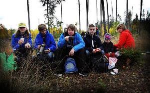 Matpaus i patrulltävlingen från vänster Emil Nordström, Nils Paulstrud, Henrik Ristalainen, Erik och Enok romin, samt Magnus Östgren, samtliga ur patrullen Smurferna. Foto: Staffan Björklund