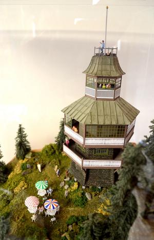 Sture Bylén har gjort en modell av Furuliden i enmillimeters styrénplast. Byggnaden med sin fjällpanel och sitt gröna tak sägs vara inspirerad av Hedemoragranen. 1962 brändes den ner av brandkåren.