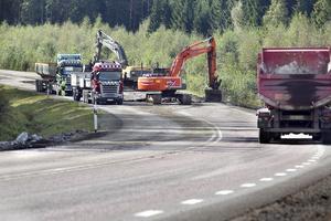 På en månad ska cirka 360 meter motorväg byggas. Vid 5-tiden på torsdagsmorgonen rullade arbetsfordonen in.