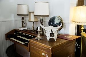 I deras bostad står det olika instrument i varje hörn.