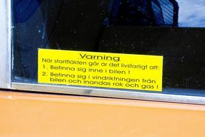 Ja det är inte alla bilar som är utrustade med varningsskylt.