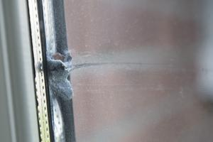 Pistolskottet fastnade i fönsterkarmen.