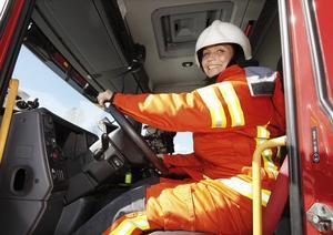 Ilona prövar sin dröm. Att få sitta bakom ratten till en brandbil.
