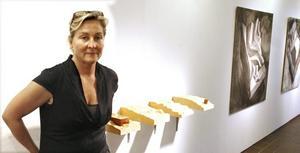 """Fantasifull utforskare. Annika Erixån Åmvall visar en genomtänkt utställning på Sandvikens konsthall.                      På väggen """"Landskapsreliefer"""" i trä."""
