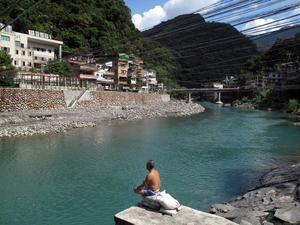 Rogivande. Stillhet vid floden och de heta källorna i Wulai.