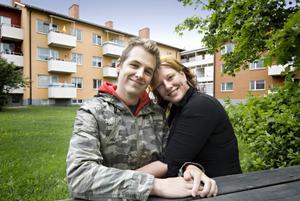 Mattias Blomberg och Linnéa Boväng har sin första gemensamma bostad i en tvåa på Björkhamregatan 46 C.