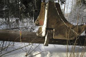 En klo på skopan greppar stolpen.