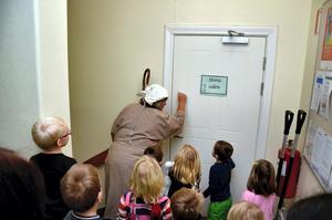 Värdshuset. Herden knackar på för att leta efter Jesus under julvandringen i Kyrkans hus.
