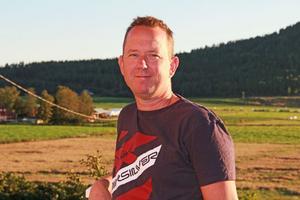 Byggaren Anders Andersson, 46 år, i Florhed får åka världen över i sitt arbete med att montera tekniska golv och jordbävningssäkra golv från Bergvik Flooring.
