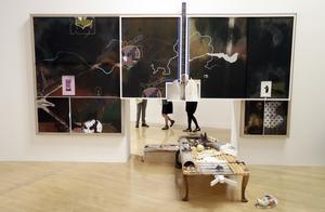 Verk av Helen Marten som visas på konstmuseet Tate Britain just nu.
