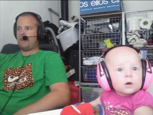 Far och dotter spelar data-spel med varsitt