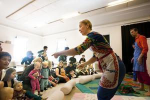 Minna Krook och den övriga ensemblen lyckades fånga bebisarnas intresse med mjukt tilltal, stillsamma rörelser och låga ljud.