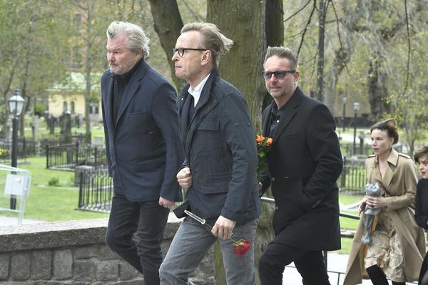 Peter Dalle, Johan Ulveson anländer till Gösta Ekmans begravning i Katarina kyrka.