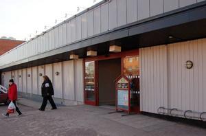 Ut mot parkeringen kommer fönster att sättas in för att öppna upp kontakten med den nya Lidlbutiken, som ska flytta in i de tomma Konsumlokalerna samt i Guldfynd i Galleri Kronan. Guldfynd ska flytta över till andra lokaler inom Galleri Kronan. Foto: Hans Olander/DT