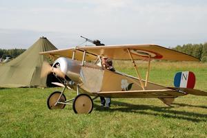 Skolplan. Bengt Lagerqvist, Siljansnäs flygklubb, testade motorn i nybyggda Newport, av modell 1:a världskriget á la France.
